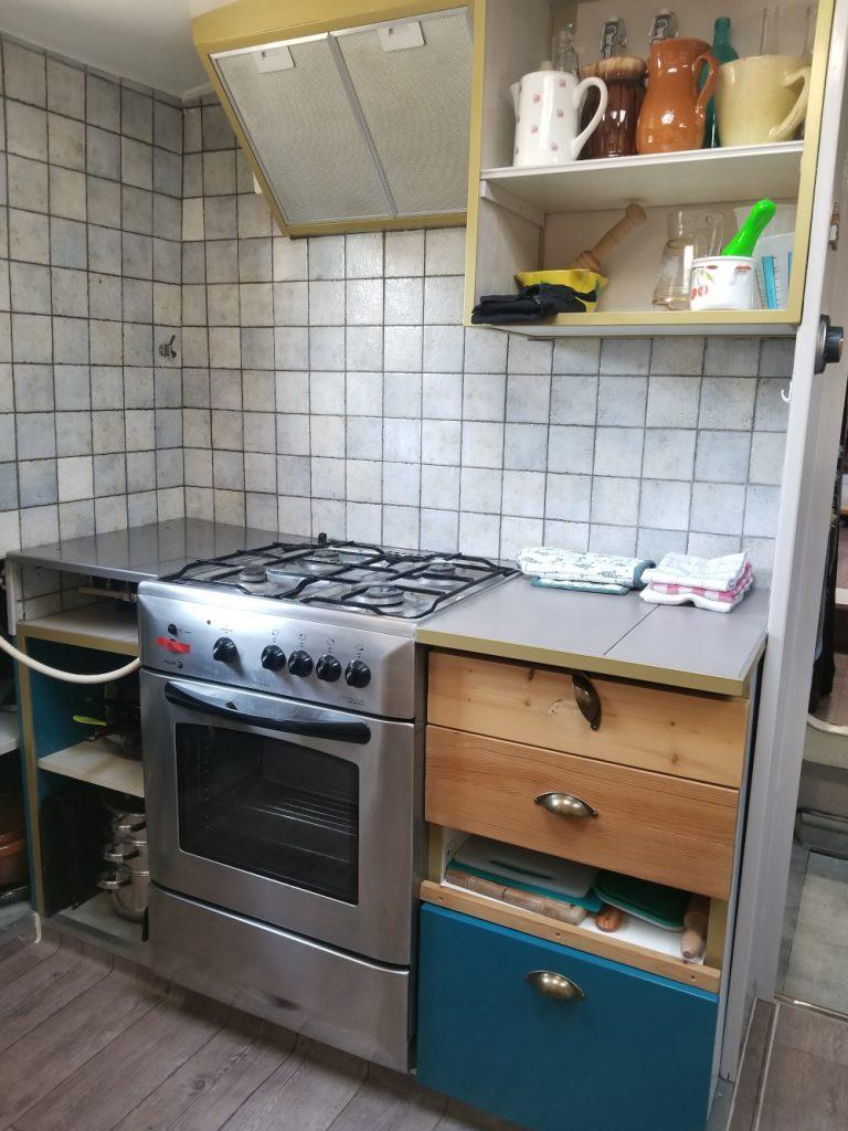 Côté tribord de la cuisine du Haricot Noir