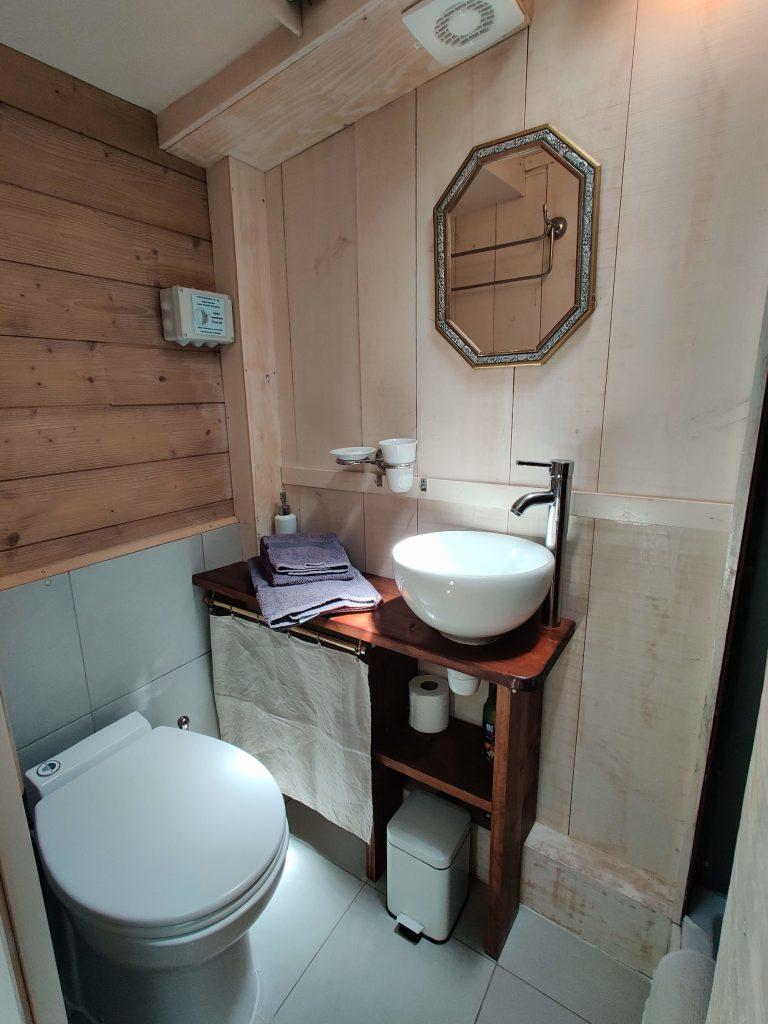 Salle de bain de la péniche Haricot Noir sur le Canal du Midi